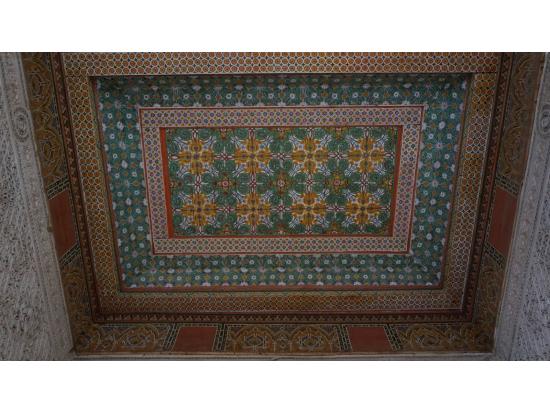 バヒア宮殿の妾の部屋の天井。色彩豊か。