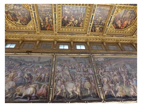 500人大広間の天井と壁