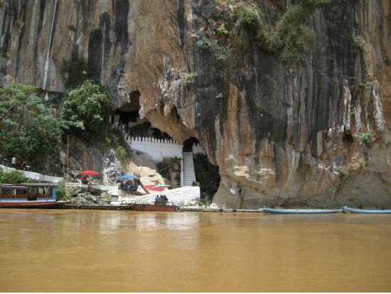 メコン川からパクオー洞窟を見る