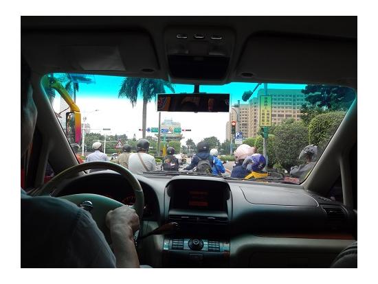 車窓。台北といえばバイク!