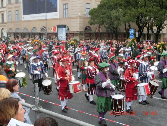 パレード その1 (勇壮な鼓笛隊)