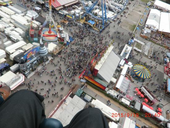 落下塔の上の僕の膝の間から見たオクトーバーフェストの会場