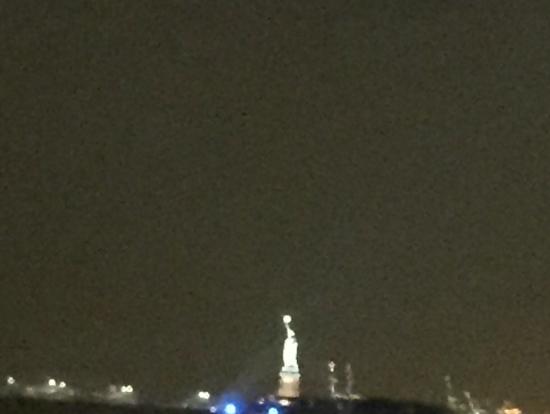 写真1:望遠で写した自由の女神