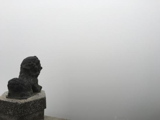 ヴィクトリアピークからの眺め。びっくりするくらい、何も見えませんでした・笑。