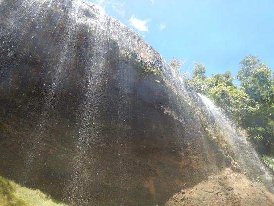 雄大な滝でしめ