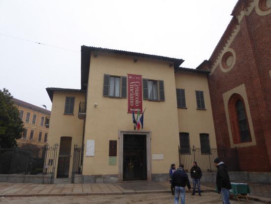 入り口です。右に教会があります。