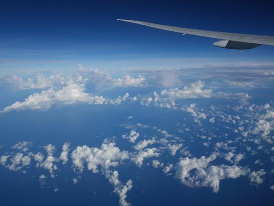 バリ島上空は晴天ですが、地上では雨季です