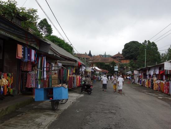 ブサキ寺院の参道