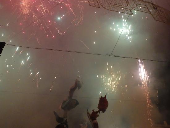 燃やす前は、大量の花火と爆竹が