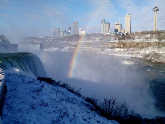 雪景色と虹