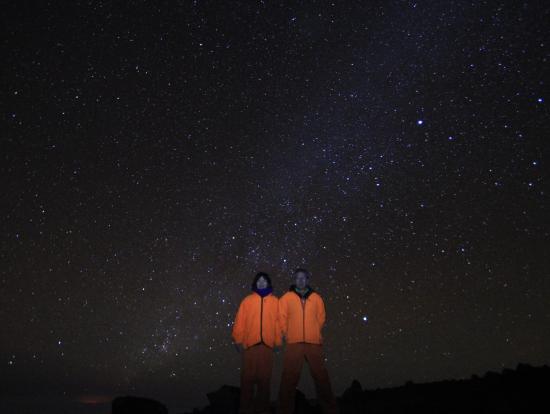 この星空にキラウエアのほのかな明かりが見えます