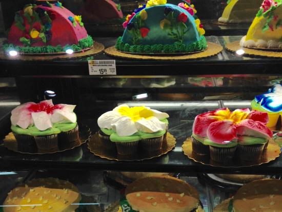 鮮やかなケーキがずらりと並んでいます