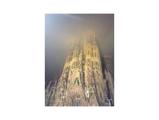 雨に煙る サグラダファミリアのライトアップ!