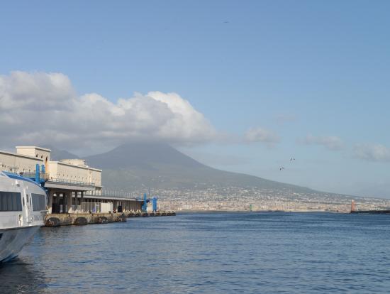 ヴェスヴィオ火山をバックにナポリ・モーロベヴェレッロ港