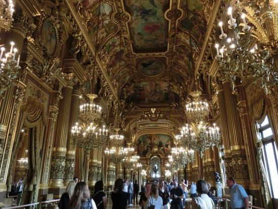 ヴェルサイユ宮殿にも似たホール