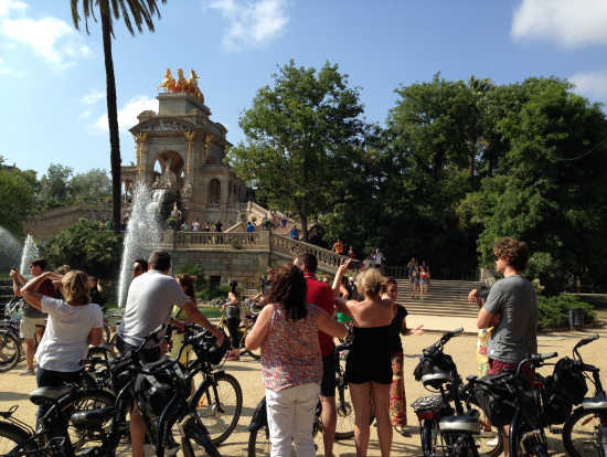 シウタデリャ公園。噴水で若者たちが水かけごっこをしていました。我々はちょっと回避