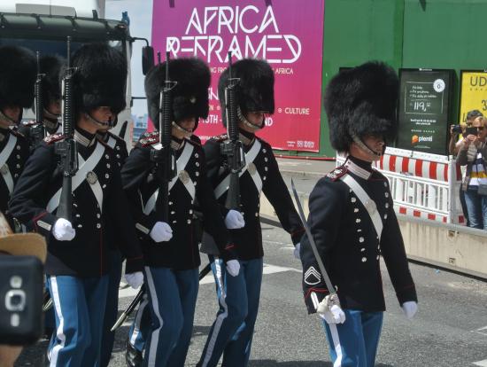 衛兵が交代式に向けて市内を行進
