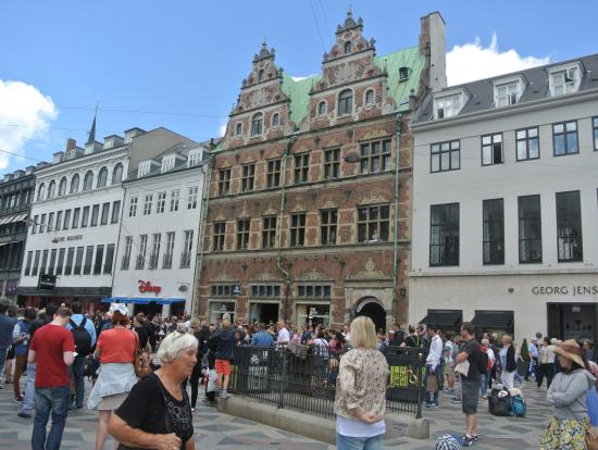 ロイヤルコペンハーゲン本店前で