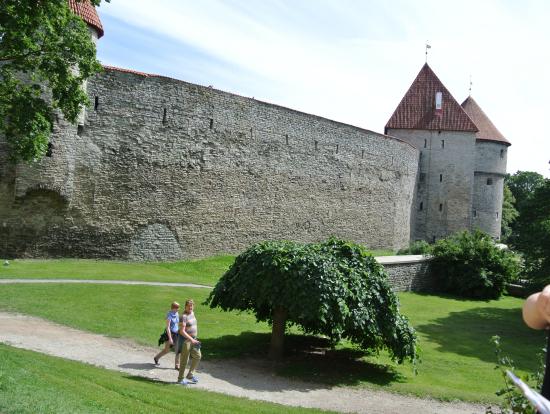 旧市街は城壁に囲まれている。