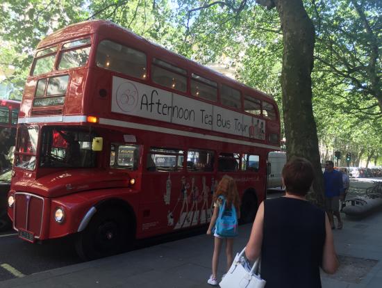 停留所に入るバス