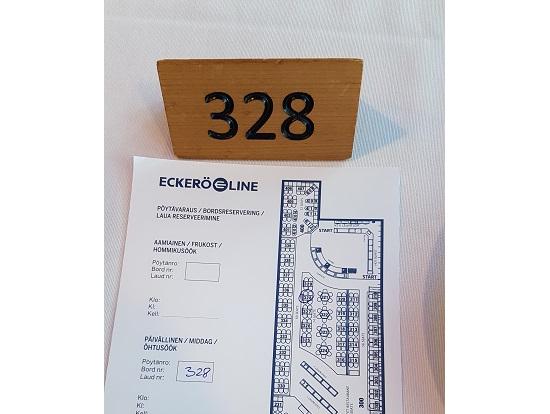 バウチャー&予約名確認後に席の案内図をくれます