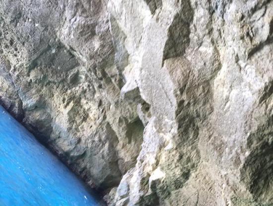 青の洞門:ところどころにブルースポットがあり、絶壁や洞門の感じもボートで巡ると探検気分