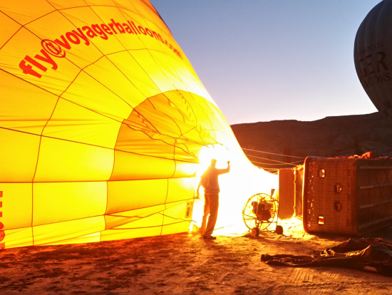 轟音とともにバーナーが火を吹いて気球が膨らむ。期待も膨らむ。