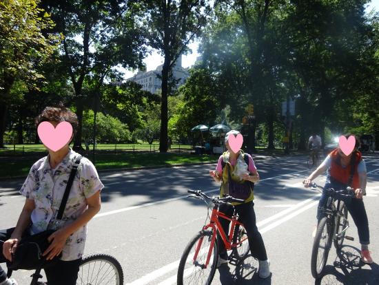 子ども用の自転車で走る母と叔母2人