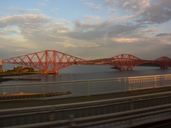 帰りのバスの中から見た、世界遺産の「フォース鉄橋」