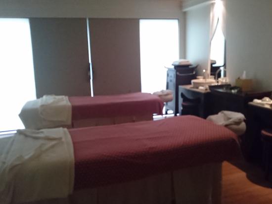 ホテルのベッドみたいな施術台。