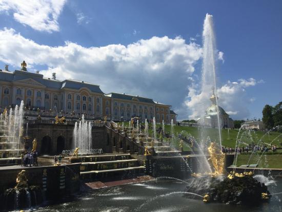 ピョートル大帝の夏の宮殿庭園と噴水
