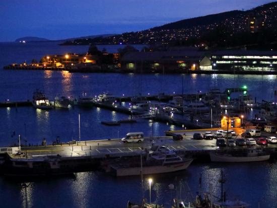 雨のホバート港の夕暮れ。