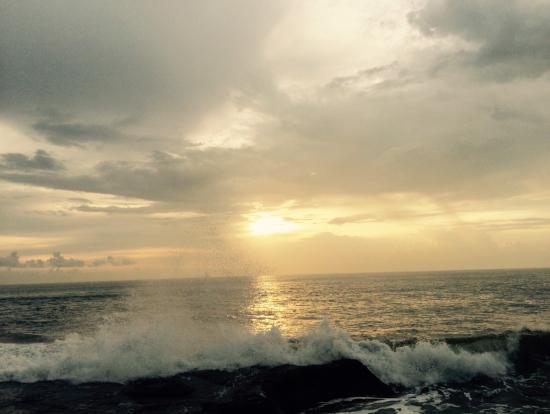 タナロット寺院の横で見た夕日