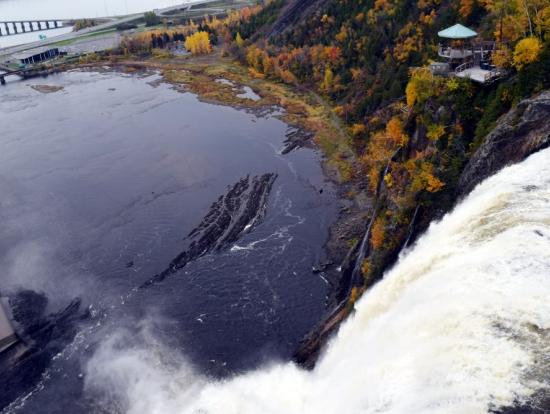 吊り橋の上から滝を見下ろす