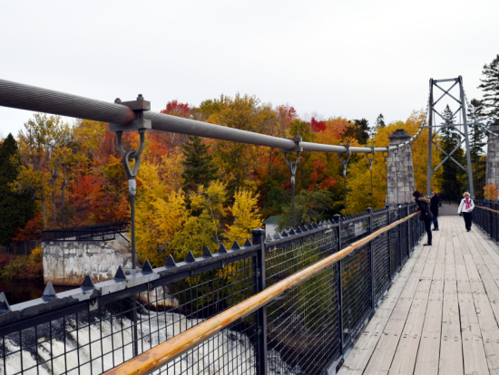 吊り橋を渡って公園へ