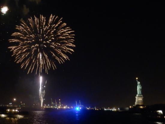 自由の女神と花火