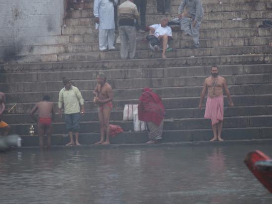 早朝のガンジス河、インドの人々の沐浴