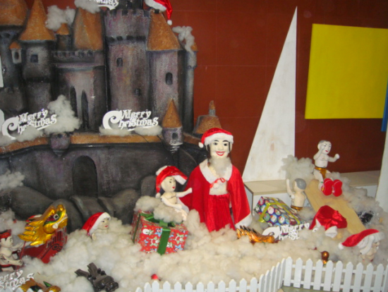 水上人形の劇場入り口で。サンタさん姿でした。