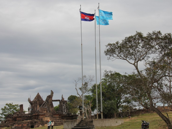 第一塔門とユネスコ旗