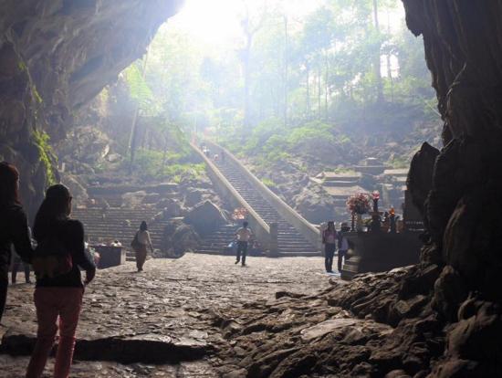 寺の入り口の階段。鍾乳洞側から外を見た風景