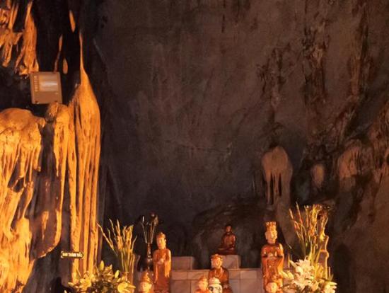鍾乳洞内部に作られた祭壇。金色の仏像が並ぶ。