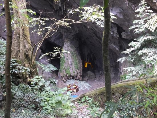 階段を下りた鍾乳洞入口