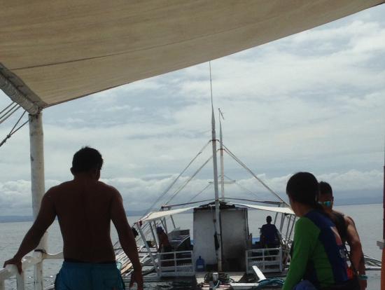 救援船に引っ張られ、2島目ナルスアン島へ!