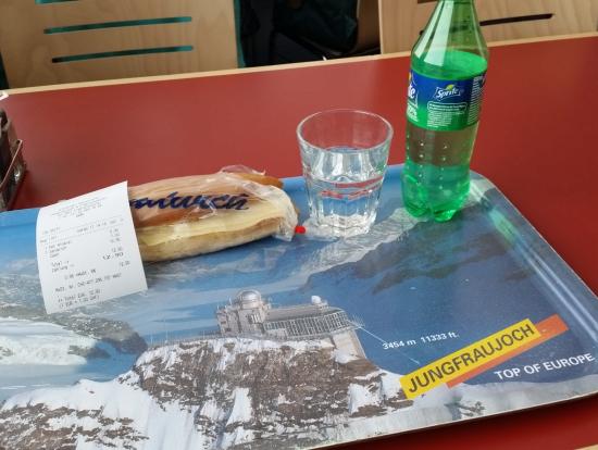 ランチはこの程度の量にしないと苦しくなります。ユングフラウヨッホにはスイス料理の美味しそうなレストランもありますが・・・。