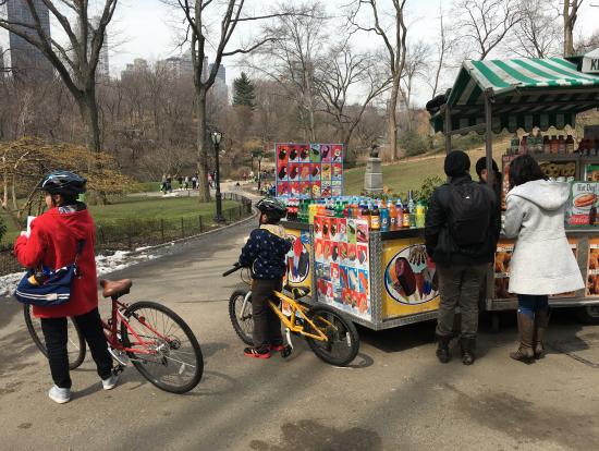 公園周辺にたくさんあるスタンドで食べ物や飲み物が買えます