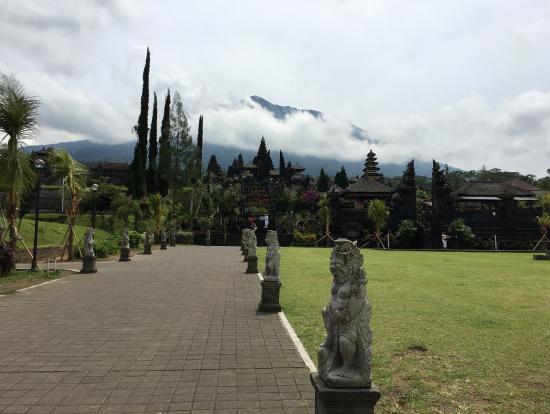 ブサキ寺院からのアグン山