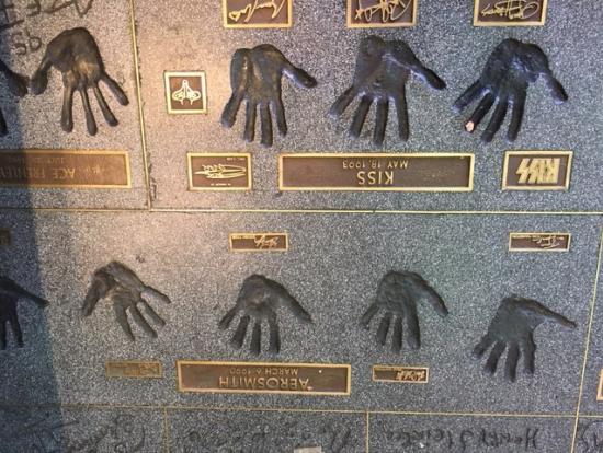 ロックの殿堂の手形が並びます