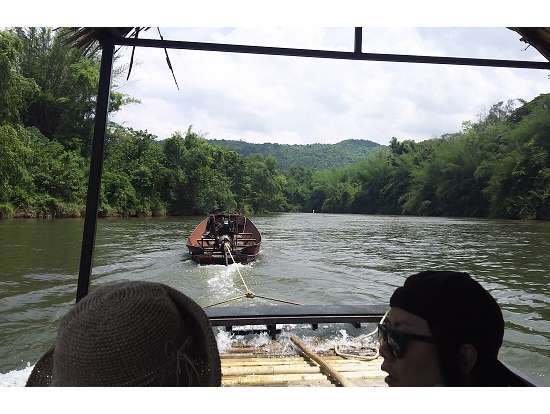 エンジンボートで上流まで牽引中