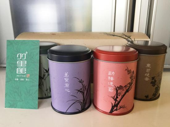 お土産に4種類のお茶の葉の缶をいただきました。見た目もとっても可愛いです