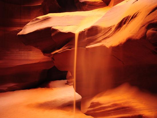 ナバホ族の方が砂を拾って落としてくれて、絶好のシャッターチャンスでした!